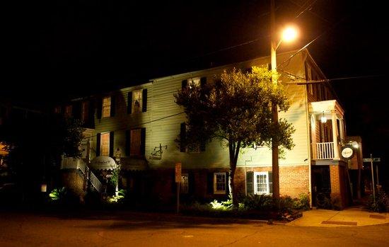 17 Hundred 90 Inn: Outside at night