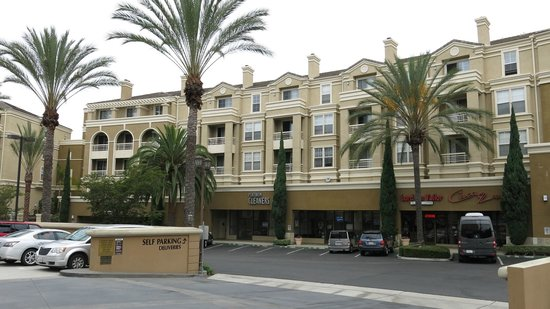DoubleTree Club by Hilton Orange County Airport: The neighborhood, safe to walk and hangout
