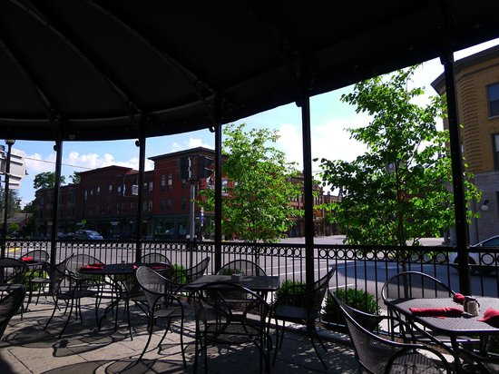 Colgate Inn: Patio dining