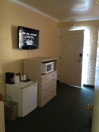 Inn By The Bay Monterey: sitting area, fridge, microwave. pic taken from bathroom