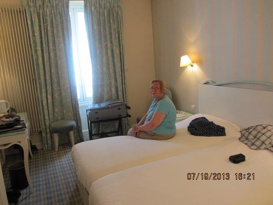 Hotel Saint-Ferdinand by HappyCulture: Barbara  watches  the  TV  news