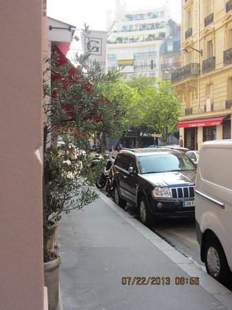 Hotel Saint-Ferdinand by HappyCulture: View  along  the  street  towards  the  Place Saint Ferdinand