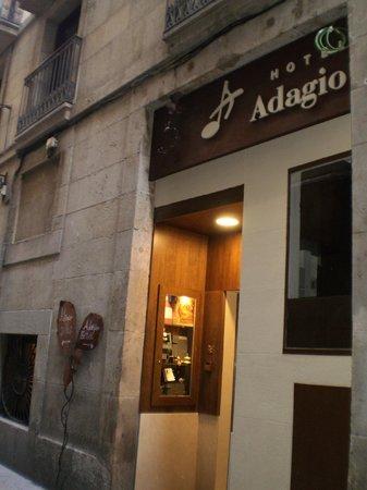 Hotel Adagio: 入り口(フロント側)