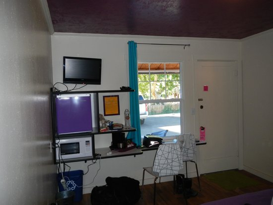 Kokopelli Lodge & Suites: TV, Fridge, desk, coffeemaker, etc.