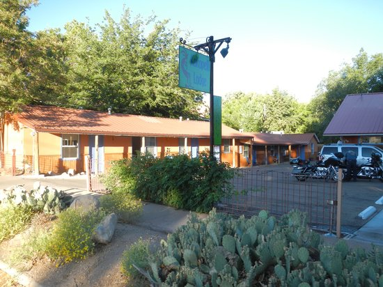 Kokopelli Lodge & Suites: The lodge from the front