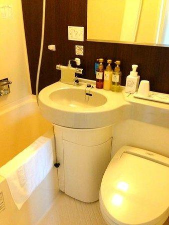 Via Inn Shin-Osaka : 清潔なバスルーム