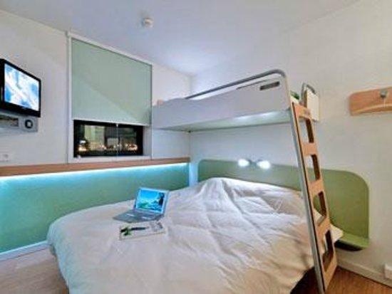 Ibis Budget Castelnaudary: notre chambre etait comme sa la douche est sur la droite