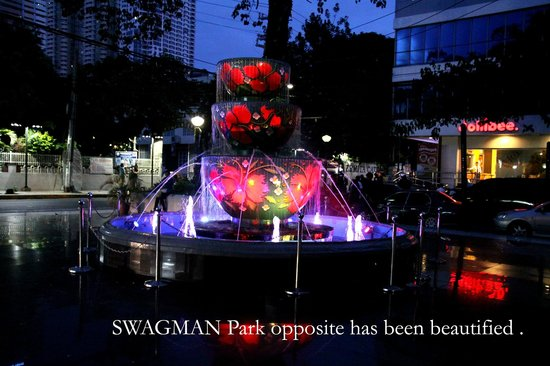 Swagman RPL Hotel Manila: Outside at night , very colorful,big difference