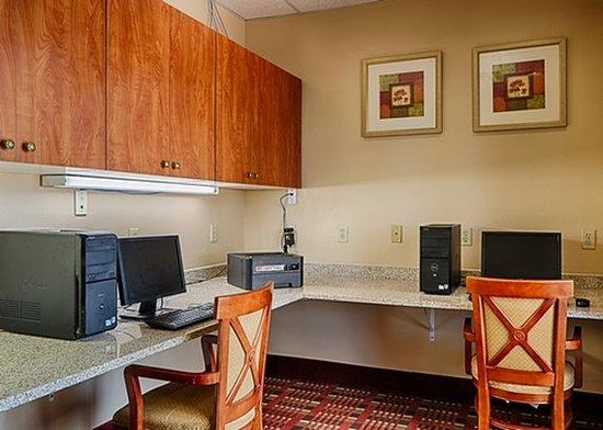 Ramada Denver International Airport: Business Center