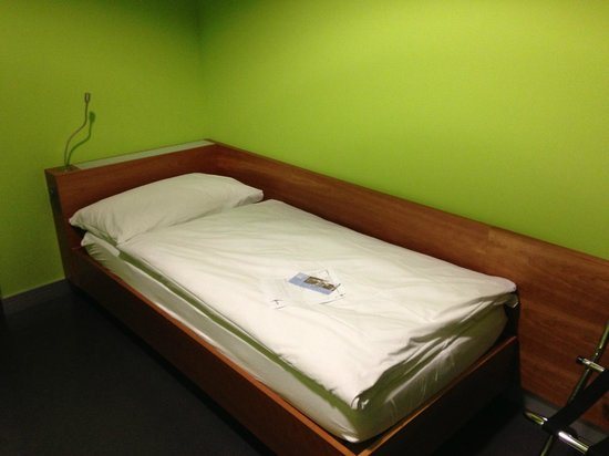Zurich Airport Transit Accommodation : the bed (rather small)