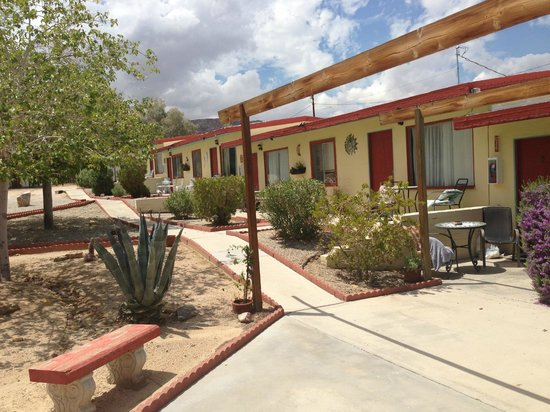 Harmony Motel: Lovely rooms and walkway to them