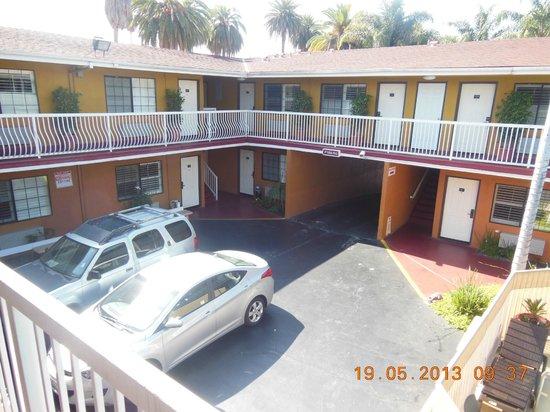 Saharan Motor Hotel: Vue depuis le premier étage sur le parking intérieur