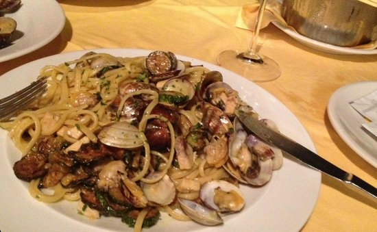 Lo Sfizio : Pasta with swordfish, mussels and clams