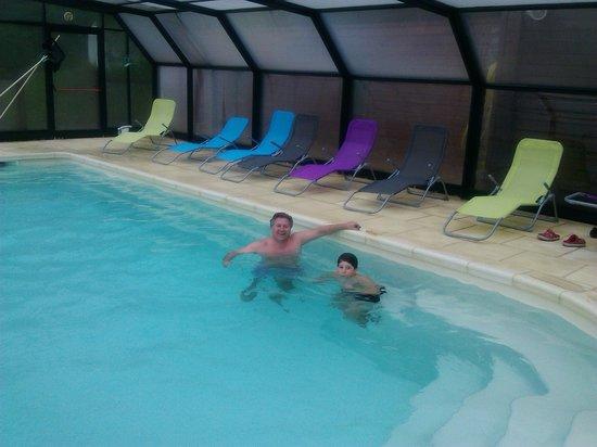 Ibis Styles Perigueux Trelissac: piscina cubierta en dias lluviosos