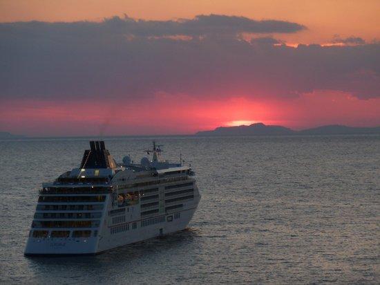 Hotel Mediterraneo Sorrento: Shot vanaf hotel... kan 't mooier...?