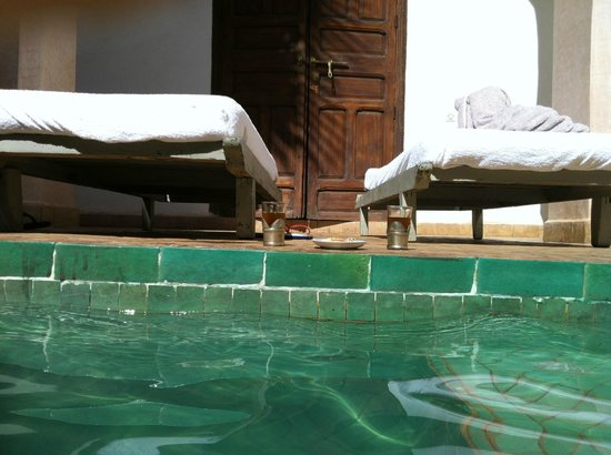 Riad Shama : un des + du riad le thé au bord de la piscine