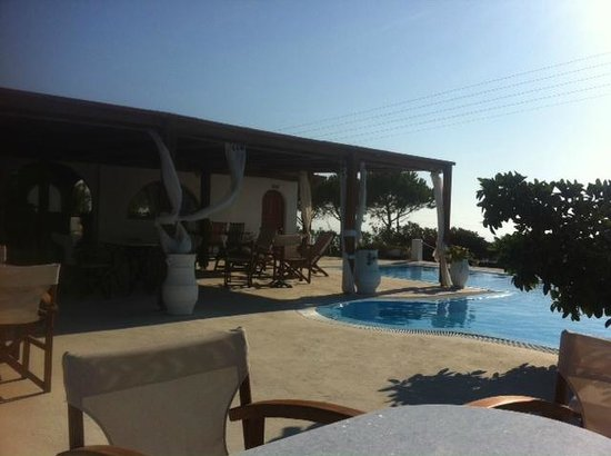 Imerovigli Palace Hotel: the pool and breakfast area