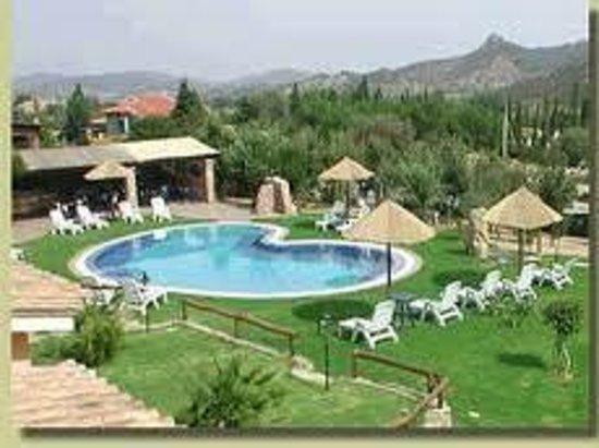 Su Giganti Hotel : Il giardino e piscina , foto su consiglio mio