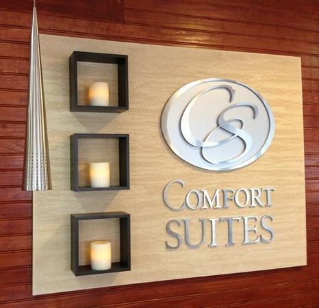 Comfort Suites: welcome wall