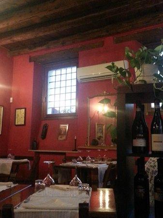 Osteria Il Bertoldo: Interiors of tiny place