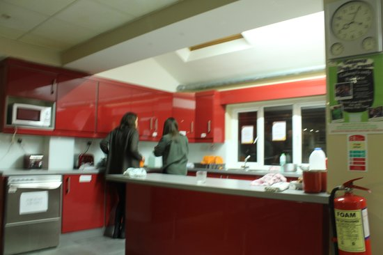 Sleepzone Hostel Galway: The kitchen