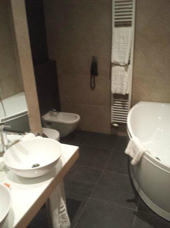 bad mit wanne, extra dusche 2 waschbecken, bidet und wc - picture, Hause ideen
