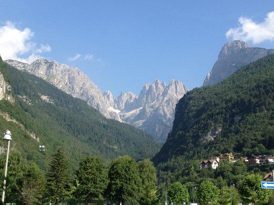 Hotel Garni Arnica: Dolomiti di Brenta, sight from Arnica reception