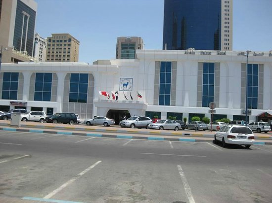 Al Ain Palace Hotel: Hotel Frontage Meridien in background