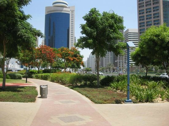 Al Ain Palace Hotel: Park over the road Royal Meridien towering above Hotel