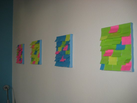 Envoy Hostel and Tours: Wall decoration