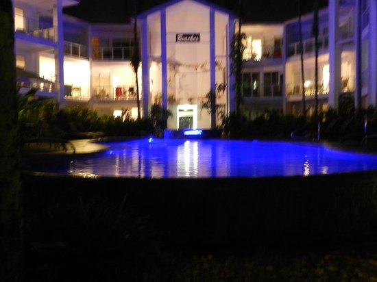 Beaches Port Douglas: Pool at night