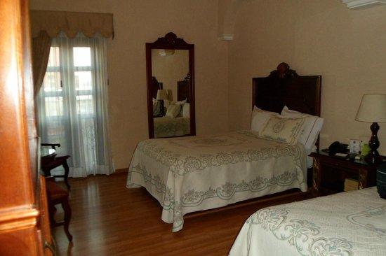Hotel Morales Historical & Colonial Downtown Core: Quarto espaçoso e cama super confortável
