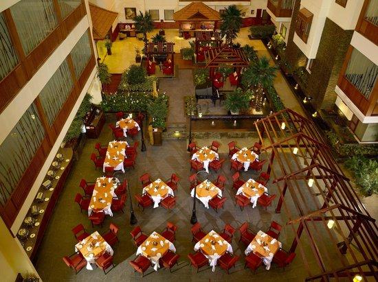 The Sidewalk Cafe : Beautiful setting in Atrium lobby