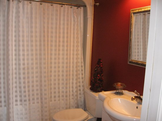 Twin Pines Bed and Breakfast: Cardinal Room