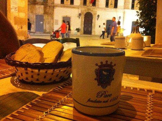 La Pace : tavolo con vista sulla piazza monumentale