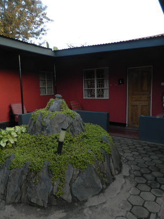 Kundayo Serviced Apartments Lodge: Frontyard of the room