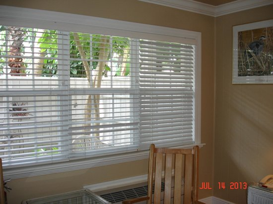 Tortuga Beach Resort: Lovely shutters on the window overlooking our courtyard