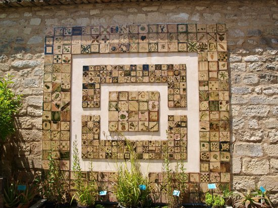 Tiled wall in the medieval garden medieval garden for Le jardin 19