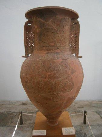 Archaeological Museum of Mykonos : Pithos monumentale con raffigurazione del cavallo di Troia, da Mykonos (ca 670 a.C.)
