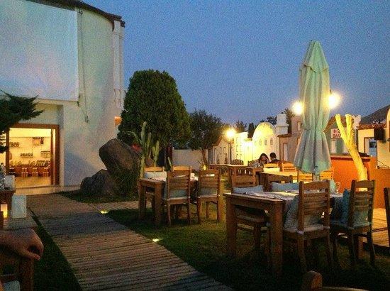 La Brezza Suite & Hotel: Leziz yemeklerin yenildiği masalardan bir görünüm.