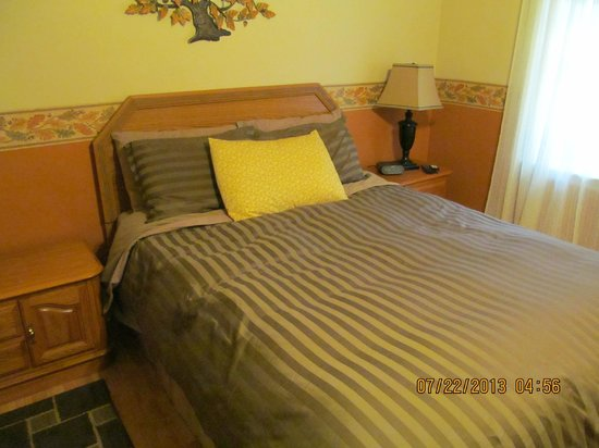 Twin Pines Bed and Breakfast: Oak Room