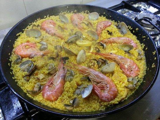 Paella de pescado y marisco exquisita picture of manolo - Paella de pescado ...