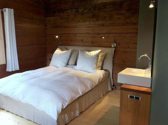 Nühus Bed & Breakfast & Mehr: Eines unserer Schlafzimmer; jedes mit einem Bett, das höchsten Hotelstandards genügt.