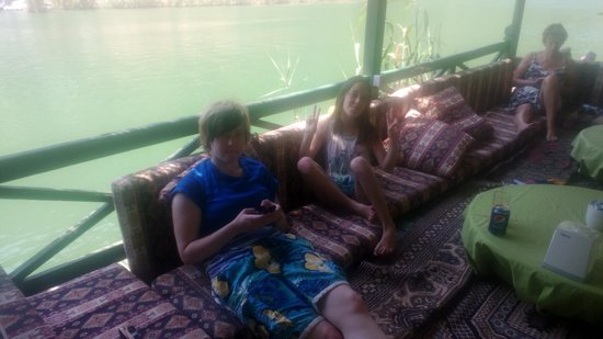 Riverside Hotel: Chilling by the river