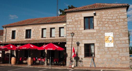 Hostal y Casa Rural la Colmena: Aussenfassade und Terrasse