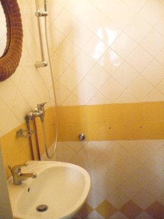 Residence Casa Italia: Very small bathroom