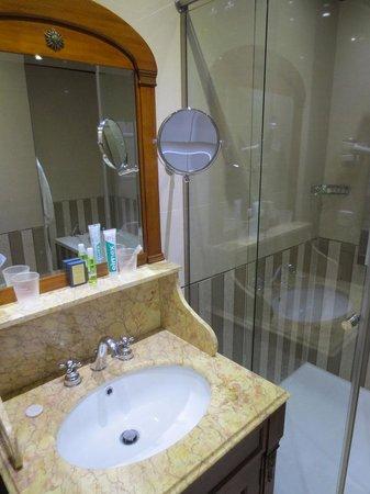 Hotel de Paris: Salle de bains bien équipée
