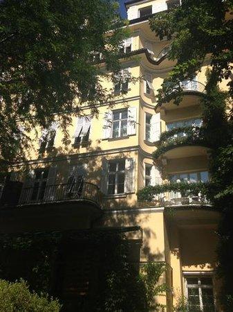 Parkhotel Laurin: Gartenfassade am Nachmittag