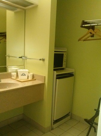 Days Inn Kingsland GA: Sink, microwave, mini-fridge