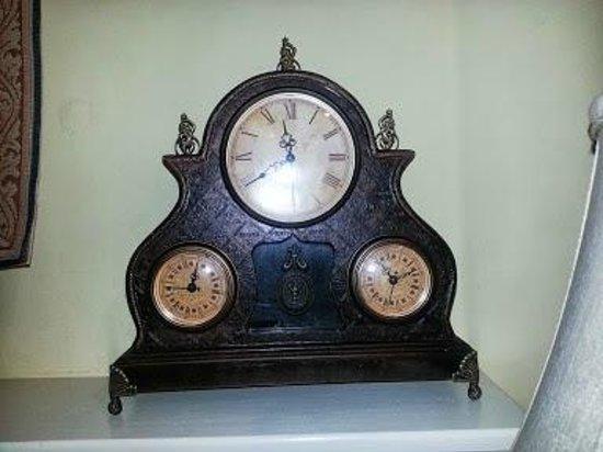 San Luis Creek Lodge : unique clock